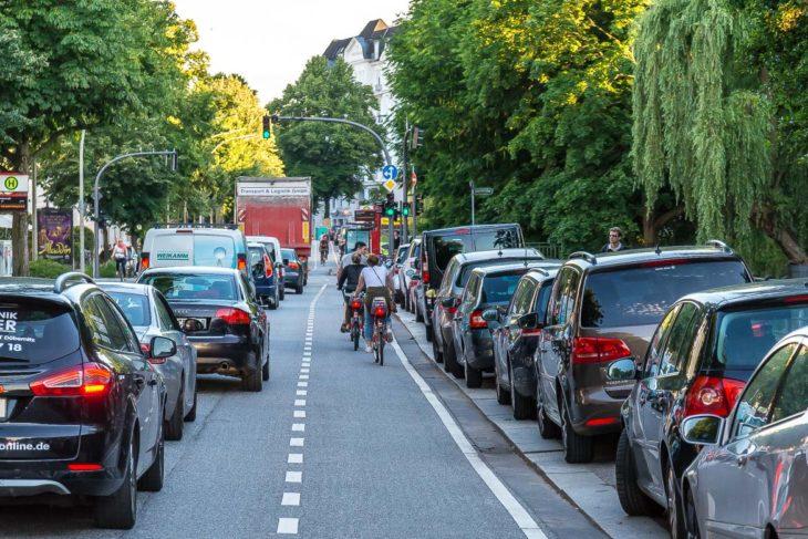 Langer Stau in Hamburg. Radfahrer kommen auf eigener Spur schneller voran