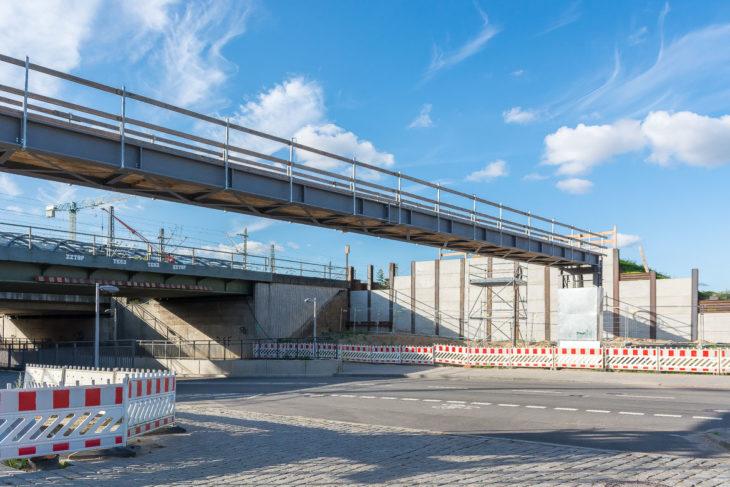 Zwischen diesen beiden Brücken soll ein neuer Seitenbahnsteig gebaut werde
