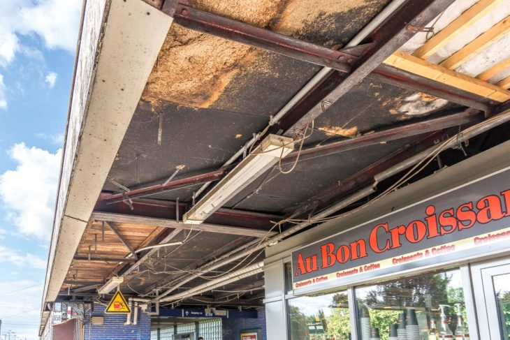Marodes und teilweise aufgerissenes Bahnsteigdach am S-Bahnhof Elbgaustraße in Hamburg
