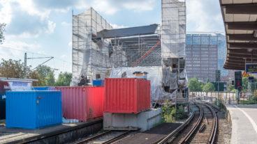 Die neue Bahn-Brücke am Berliner Tor wurde in den vergangenen Wochen auf einem alten Bahnsteig vormontiert