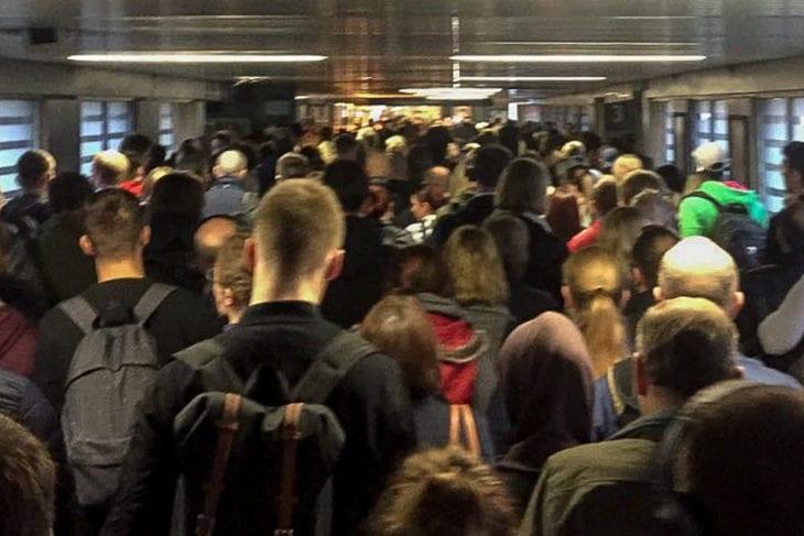 Menschenmengen schoben sich gestern früh durch den S-Bahnhof Berliner Tor