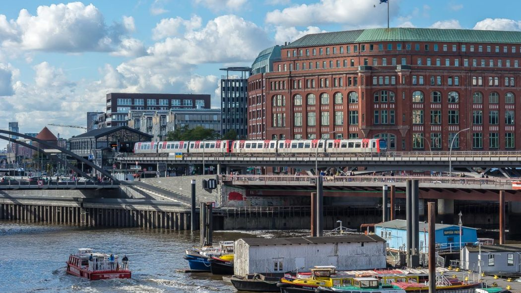 Ein U-Bahnzug vom Typ DT5 auf der Linie U3 am Baumwall in Hamburg
