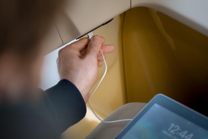 USB-Ladebuchsen an den Sitzplätzen ermöglichen das Aufladen von Handys und Tablets