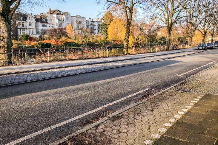 Am 25.11.2017 gibt es bei gutem Wochenendwetter zahlreiche freie Parkplätze am Leinpfad an der Alster
