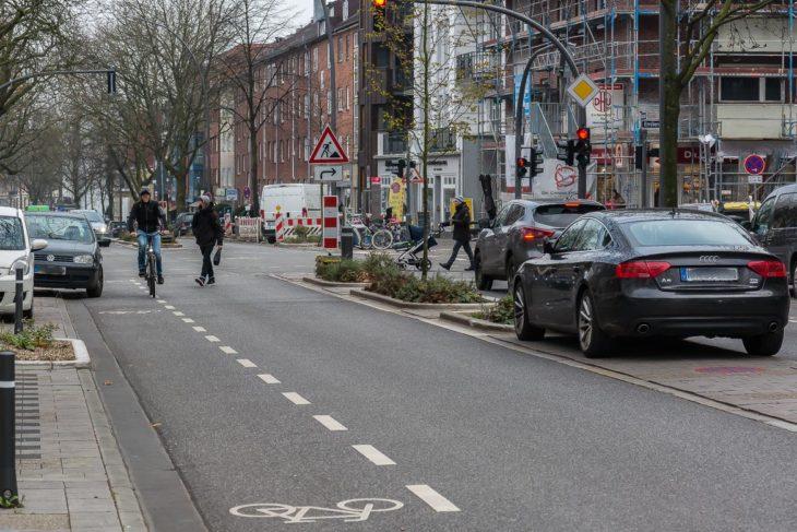 Zwei Falschparker blockierten am vergangenen Samstag (2.12.2017, 12 Uhr) Fahrrad-Schutzstreifen und Fußgänger-Mittelinsel in der Osterstraße