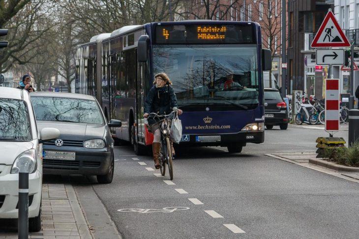 Die Folge: Radfahrer müssen auf die Fahrspur ausweichen und behindern wiederum den HVV-Busverkehr