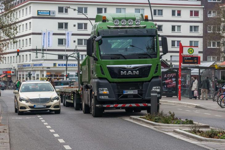 Ein parkender Lastwagen blockiert am ersten Adventswochenende (2.12.2017, 12.05 Uhr) die Fußgängermittelinsel in der Osterstraße. Der Autoverkehr muss über den Fahrradstreifen ausweichen.