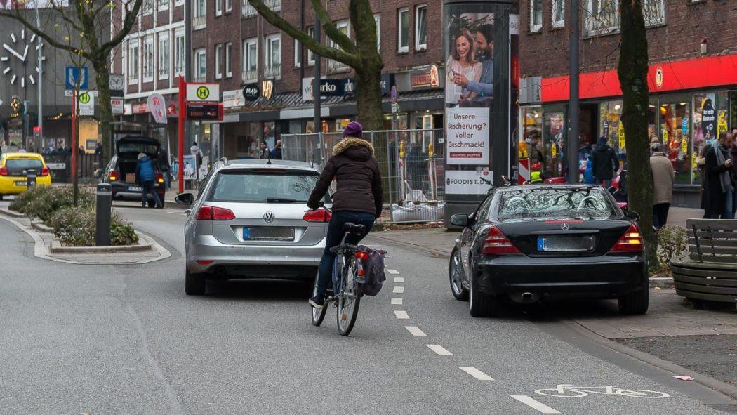 Ein Falschparker blockiert den Fahrrad-Schutzstreifen in der Osterstraße (2.12.2017, 12.59 Uhr). Radfahrer müssen in den fließenden Verkehr ausweichen.