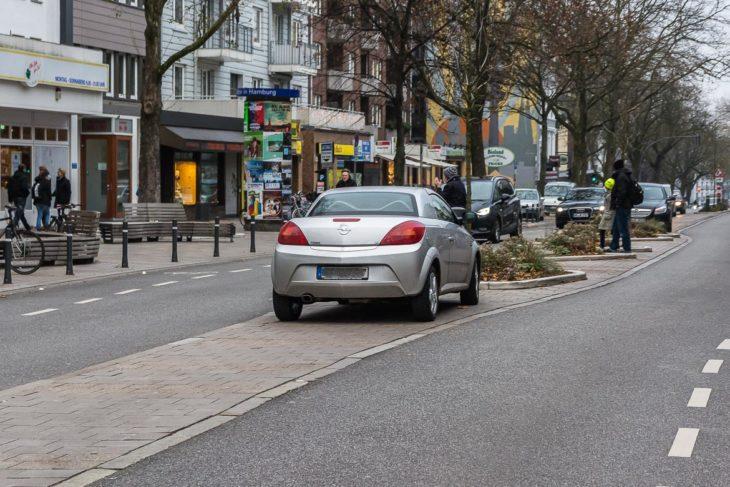 Ein weiterer Falschparker auf der Fußgänger-Mittelinsel in der Osterstraße am 2.12.2017 um 14.50 Uhr.
