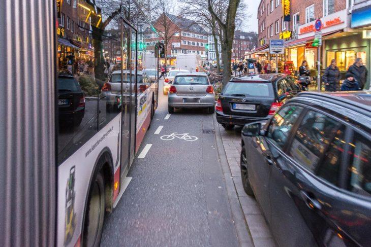 Gefährlich: Mehrere Falschparker blockieren den Fahrrad-Schutzstreifen in der Osterstraße. Radfahrer werden zwischen Linienbussen und parkenden Autos regelrecht eingezwängt. Bei einer sich öffnenden Autotür könnten Radfahrer nicht ausweichen (2.12.2017, 16.12 Uhr)