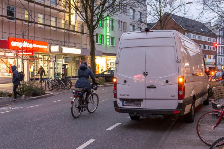Ein weiterer Falschparker blockiert den Fahrrad-Schutzstreifen in der Osterstraße am 2.12.2017 um 16.12 Uhr.