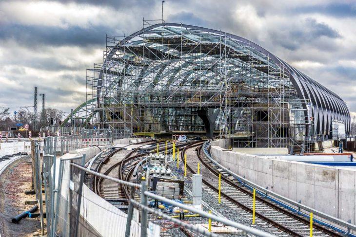 Gleise und Stromschienen für den neuen U4-Bahnhof Elbbrücken sind bereits gelegt. Im November soll der Testbetrieb starten