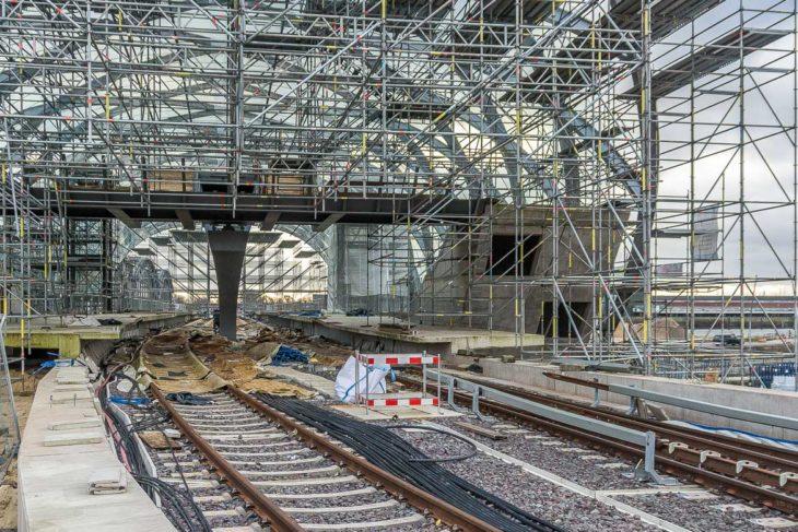 Der vordere Teil der Bahnsteige ist nur provisorisch gebaut und soll entfernt werden, sobald die U4 über die Elbe Richtung Süden verlängert wird. Dann wandert der Zughalt um einige Meter Richtung Süden