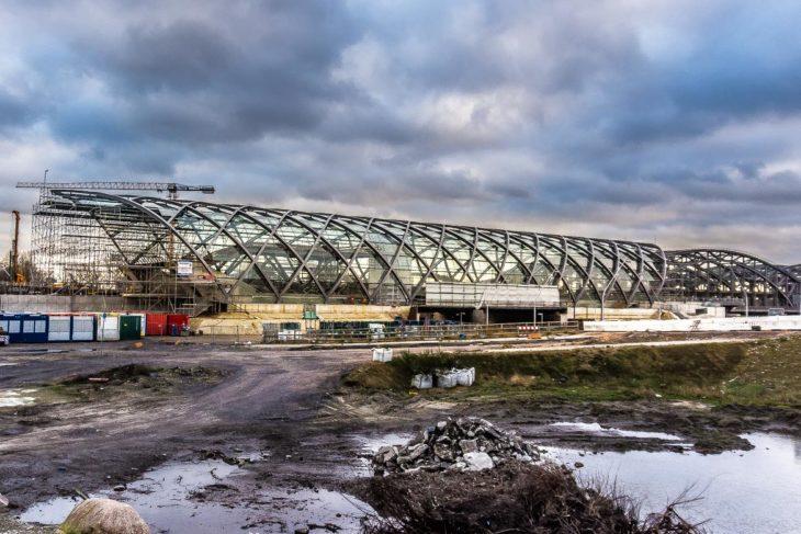 Das riesige 16 Meter hohe Glasdach am neuen U-Bahnhof Elbbrücken ist inzwischen dicht