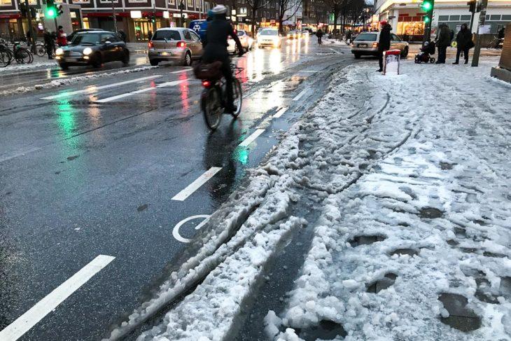 Obwohl die Fahrradstreifen in der Osterstraße offenbar gestreut wurden, blieben sie für Radler unpassierbar