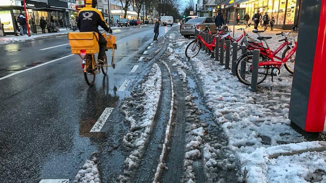 Der Fahrradschutzstreifen in der Osterstraße war am vergangenen Donnerstag auch Stunden nach dem Schneefall unpassierbar