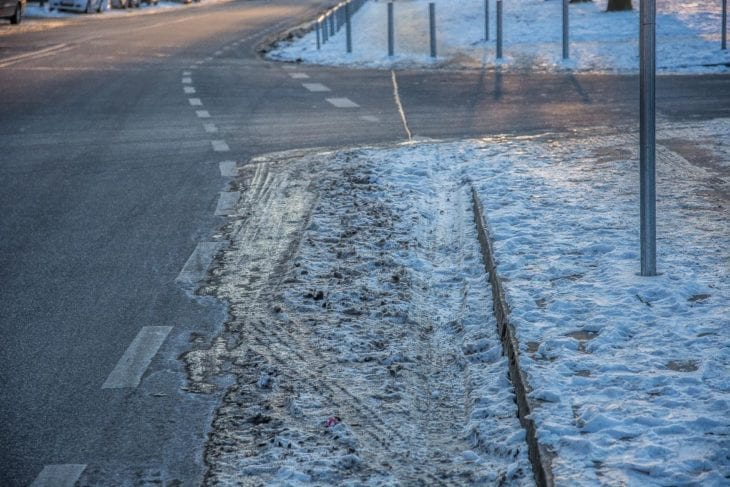 Gefährliches Glatteis auf Fahrrad-Schutzstreifen in der Alte Wöhr