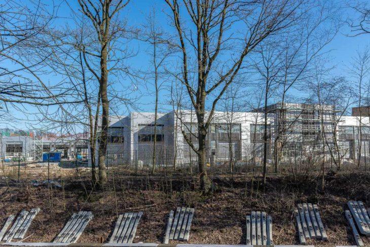 Die Wartungsgebäude des neuen Bus-Betriebshofs der Hochbahn im Gleisdreieck bei der City Nord