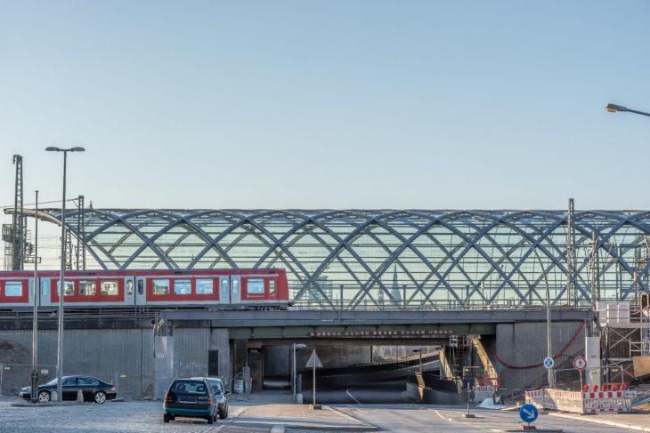 An der S-Bahnstrecke (vorn) soll ebenfalls ein Bahnhof mit Glasdach wie bei der U4 (hinten) entstehen