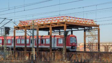 Sichtbarstes Zeichen am neuen S-Bahnhof Elbbrücken: Ein Gestell, auf dem ein gläserne Fußgängersteg zum benachbarten U-Bahnhof lagern soll