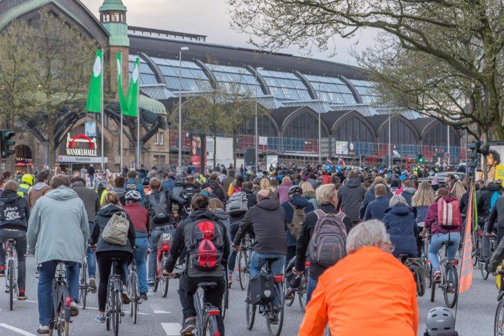 Ein Meer von Radfahrern vor dem Hamburger Hauptbahnhof