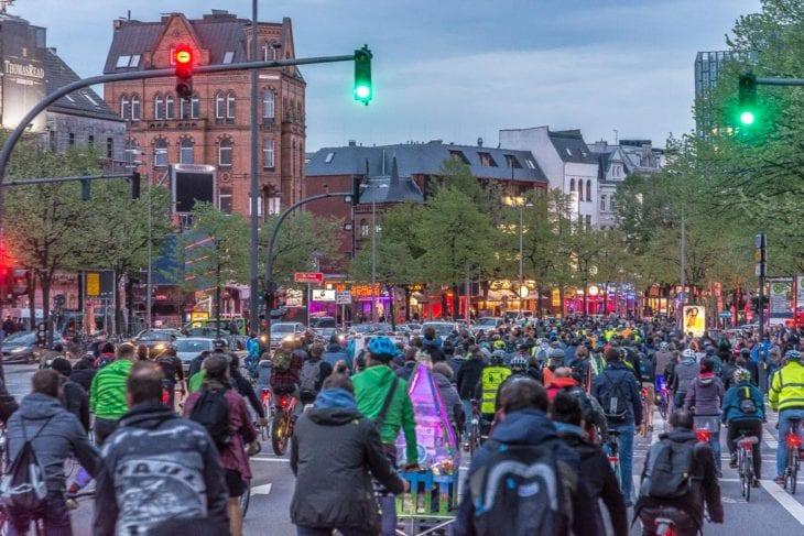 Mehr als 1.100 Radfahrer fahren als Critical Mass über die Reeperbahn