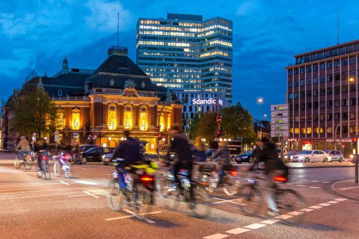 Fahrradfahrer vor der Laiszhalle in Hamburg