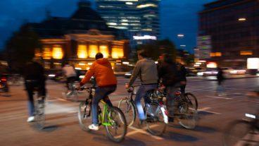 Bewegungsunschärfe, Critical Mass, Fahrrad, Fahrradverkehr, Hamburg, Johannes-Brahms-Platz, Langzeitbelichtung, Nacht, Nachtfotografie, Nachtperspektive, Rad, Radfahrer, Radverkehr, Umweltverbund