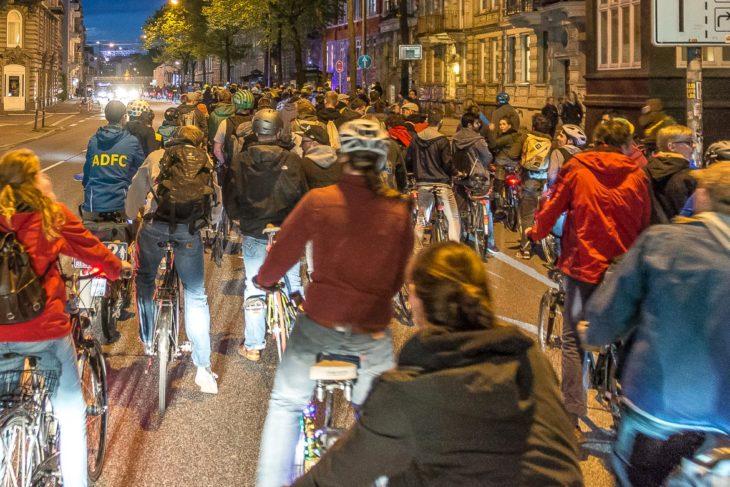 Der Fahrradkorso in der Stresemannstraße erstreckt sich über mehrere hundert Meter