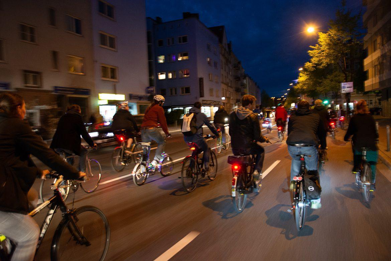 Bewegungsunschärfe, Critical Mass, Fahrrad, Fahrradverkehr, Hamburg, Langzeitbelichtung, Nacht, Nachtfotografie, Nachtperspektive, Rad, Radfahrer, Radverkehr, Stresemannstraße, Umweltverbund