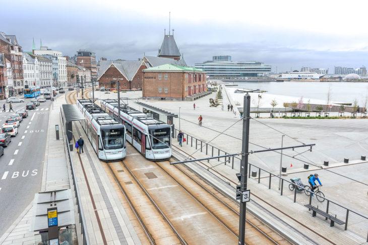 Die neue Stadtbahn von Aarhus im neu gestalteten Hafenbereich