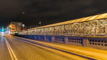 Dieses mehr als 100 Meter lange Fahrradparkhaus hängt an einer Brücke über Bahngleisen