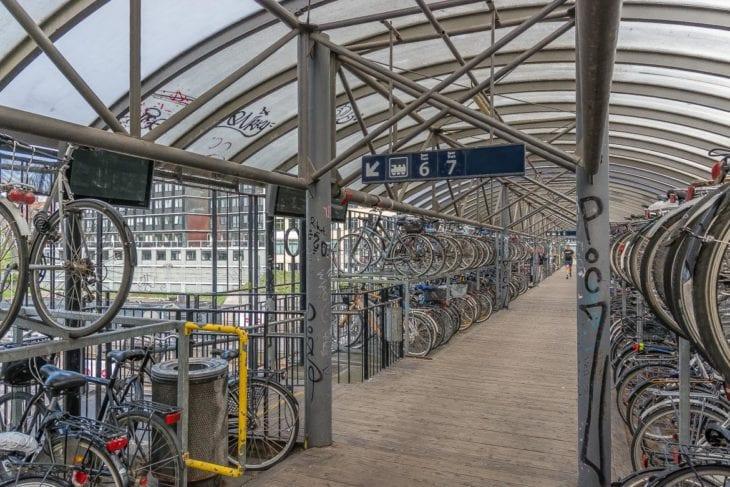 Praktisch: Von den Fahrradstellpätzen gibt es direkte Zugänge zu den Bahnsteigen des Hauptbahnhofs in Aarhus
