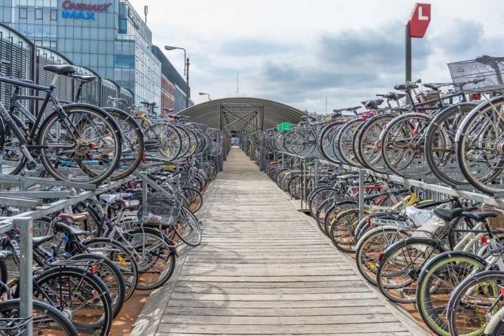 Das Fahrradparkhaus am Hauptbahnhof von Aarhus ist größtenteils überdacht und bietet Platz für fast 1.000 Räder