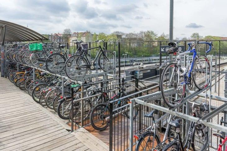 Direkter Anschluss: Radfahrer können hier vom Sattel direkt auf die Stadtbahn von Aarhus umsteigen