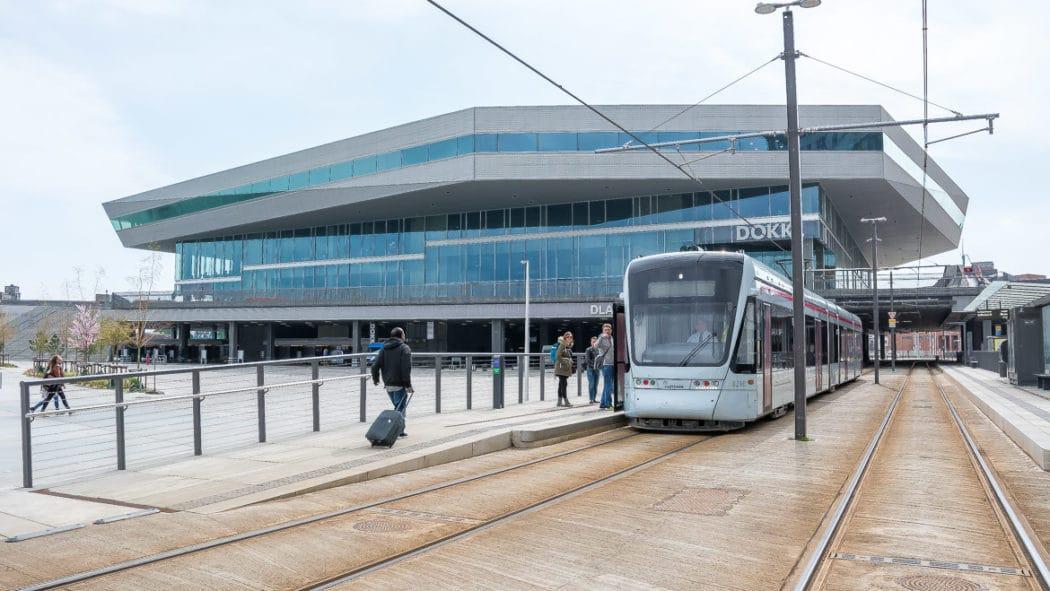 In der Innenstadt von Aarhus hält die Stadtbahn teilweise unter dem Multimediahaus DOK1 am Hafenrand. Hier befinden sich die städtische Bebliothek und der Bürgerservice