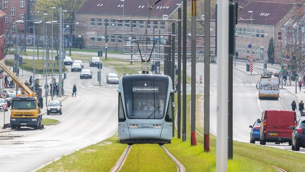 Die Stadtbahn von Aarhus befährt eine der wichtigsten Einfallstraßen der Stadt. Rasengleise sollen für ein gutes Klima sorgen