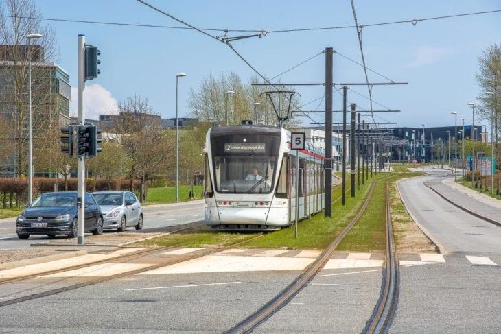 Die neue Stadtbahn von Aarhus kurz vor dem Universitätsklinikum