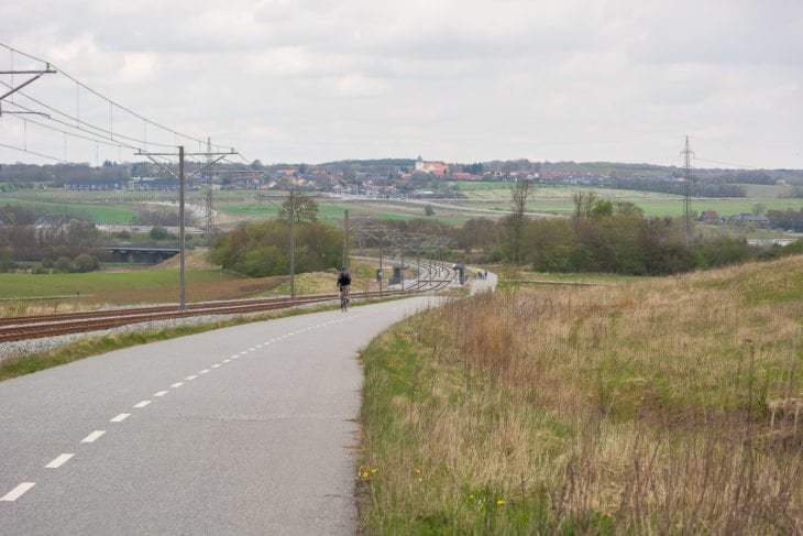 Außerhalb der Stadt fährt die Stadtbahn von Aarhus weit ins Umland. Neben der neuen Strecke entand auch gleich ein neuer Fahrradschnellweg.