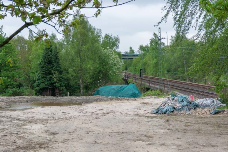 Die Baustellenzufahrt zu den Fernbahngleisen. Im Hintergrund die Holstenkampbrücke