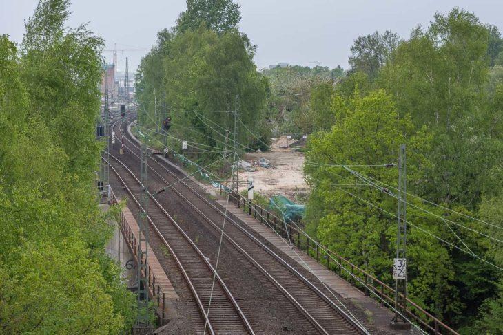 Von der Holstenkampbrücke ist die Baustellenzufahrt zu den Fernbahngleisen gut zu erkennen