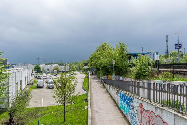 Der S-Bahnhof Diebsteich mit seinem Empfangsgebäude soll verschwinden und durch einen Neubau ersetzt werden. Im Bildvordergrund soll ein Hochhaus entstehen.