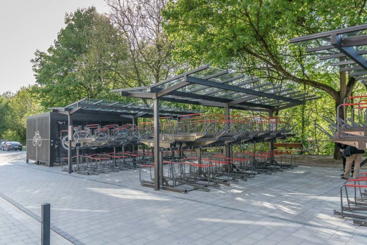 Mehr als 200 Räder werden in diesen übderdachten Doppelstockparkern abgestellt