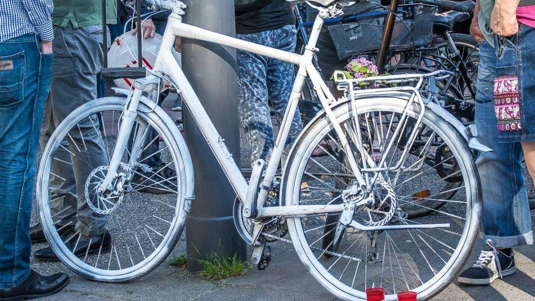 """Symbolbild: Mit weiß lackierten """"Ghost-Bikes"""" an Unfallstellen soll an getötete Fahrradfahrer erinnert werden."""