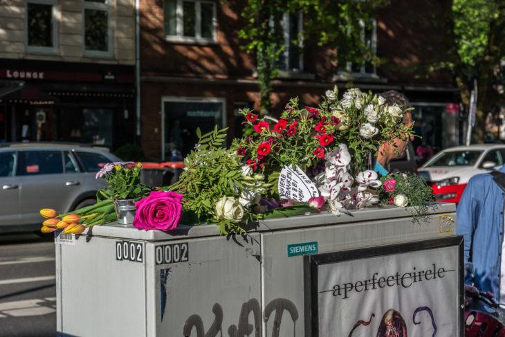 Nach dem Tod einer Radfaherin in der Osterstraße legen Menschen Blumen und Abschiedsbriefe ab