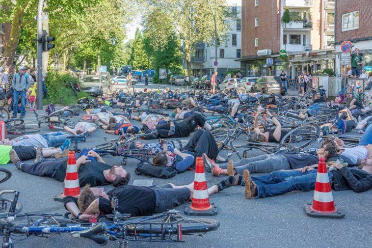 Mahnwache für getötete Radfahrerin in der Osterstraße
