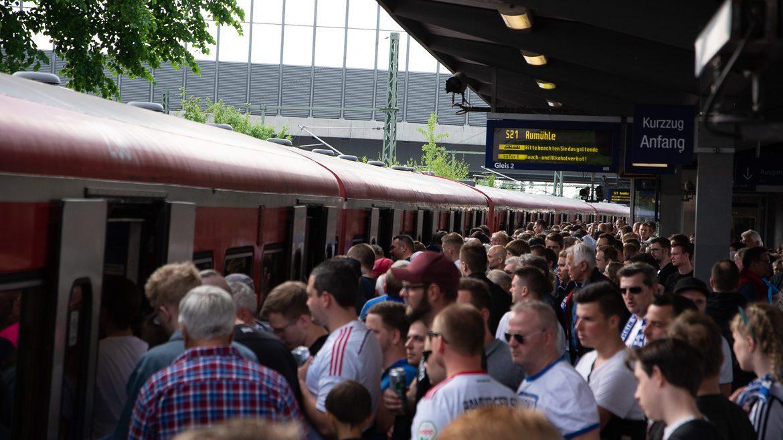 Menschen drängen am S-Bahnhof Stellingen in Hamburg in eine S-Bahn der Linie S21