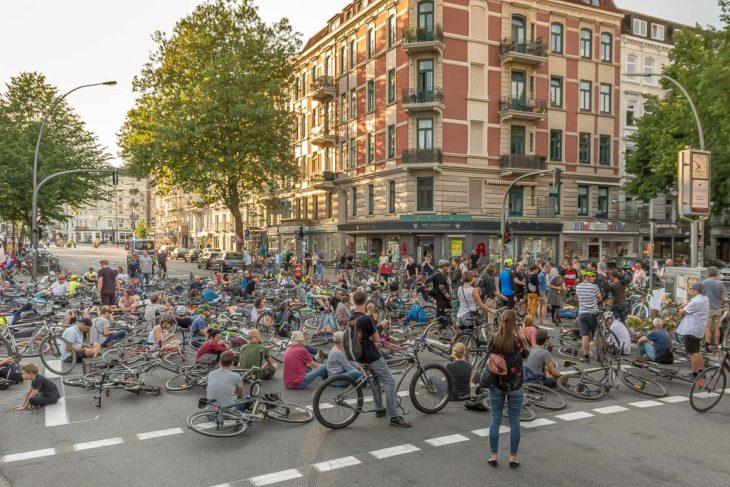 Rund 600 Radfahrer gedenken beim Ride of Silence der vor einer Woche getöteten Radfahrerin in Eimsbüttel