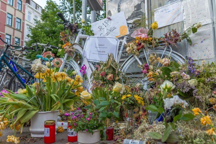 Ein weiß lackiertes Fahrrad erinnert an die vor einer Woche getöteten Radfaherin an der Ostertsraße