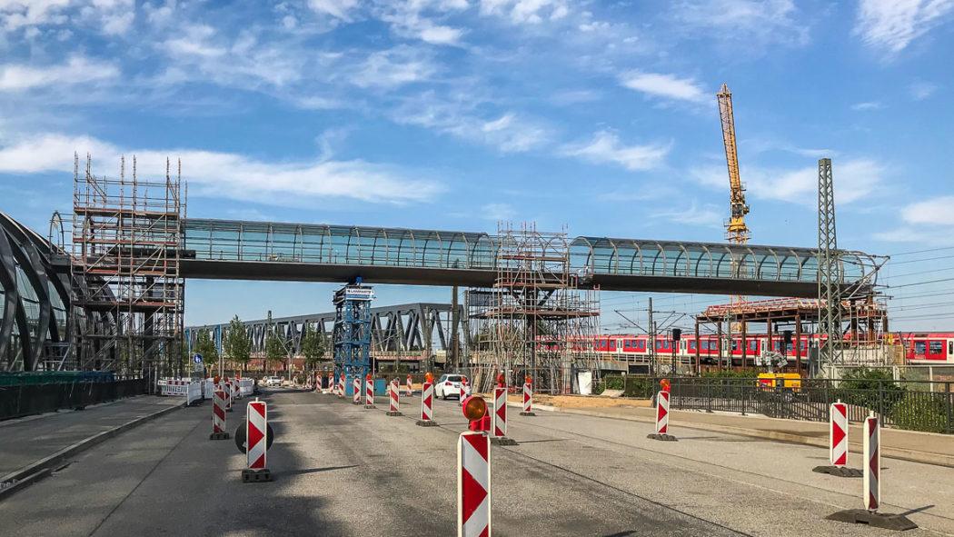 Der 65 Meter lange Fußgängersteg verbindet den künftigen U-Bahnhof mit dem zukünftigen S-Bahnhof an den Elbbrücken